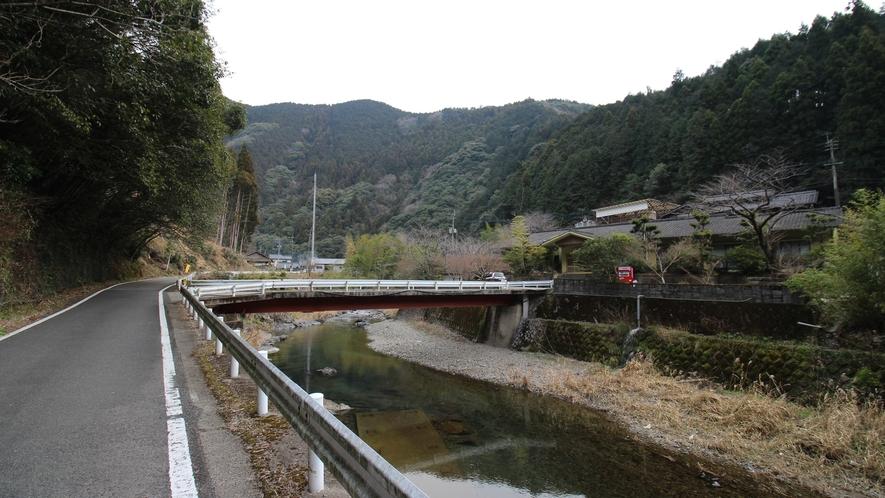 [当館まで④]右側に宿が見えてきます。正面の橋を渡れば到着です。
