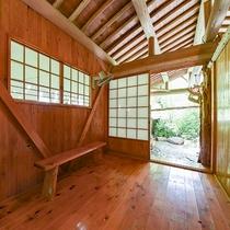 *[庭園露天風呂・脱衣所] シンプルな木造りの脱衣所です。