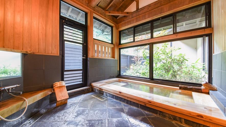 [離れ専用内風呂]優しい肌触りの泉質が自慢。豊富な湯量で新鮮な温泉をお楽しみください。