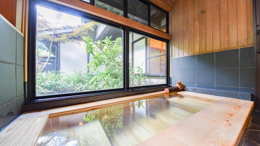[離れ専用内風呂]木造の浴槽で温かみのある内風呂。足を伸ばしてリラックスしていただけます。