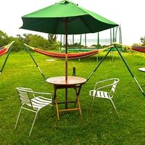 *緑のガーデン/お庭にはハンモックやテーブルセットがあり、のんびりと島時間を満喫できます☆