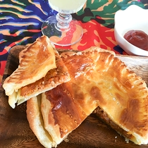 *CAFE&BAR/石垣牛を使った手作りのミートパイが人気♪ドリンク付きセットもあります。