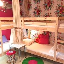 *グループルーム一例/カラフルでかわいいお部屋で過ごす時間♪きっと楽しい旅の思い出になるはず!