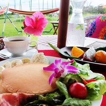 *朝食メニュー一例/ふわっと美味しいパンケーキと1杯ドリンクサービスのついたモーニングセットです♪