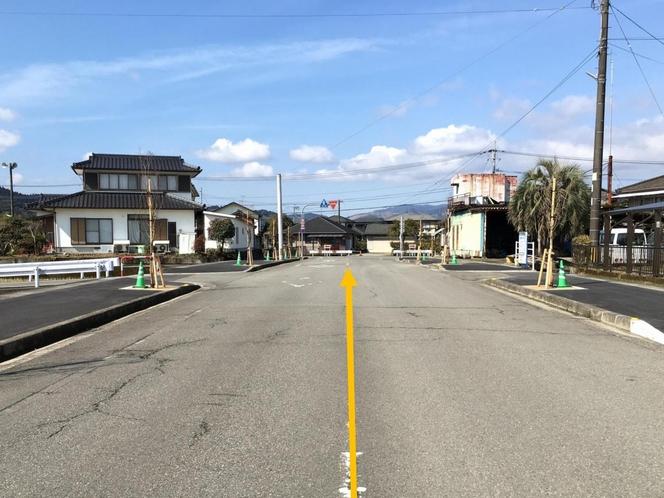 1.*JR人吉駅から検索した場合*(右に)ゆめマート、(左に)西松屋の道を直進します。