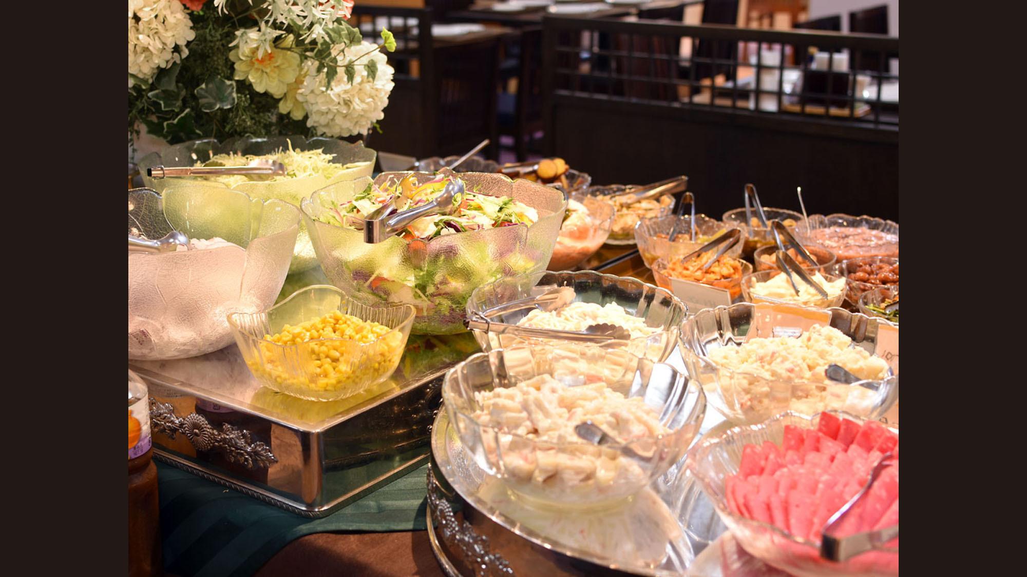 【朝食】各種サラダも取り揃えております。