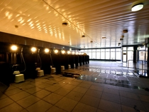 【大浴場】浴室は広々として開放感にあふれています。