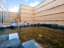 【露天風呂】外の空気と温泉の温かさが楽しい露天風呂。