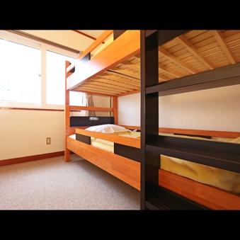 二段ベッドが1台入った2名様までの洋室です☆