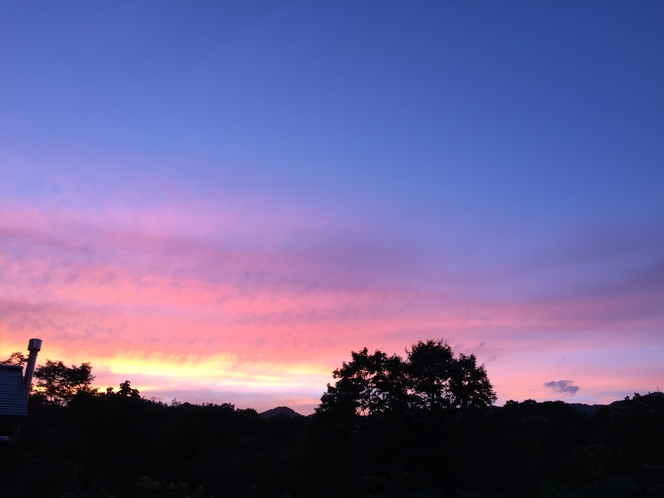 庭から見た夕焼け