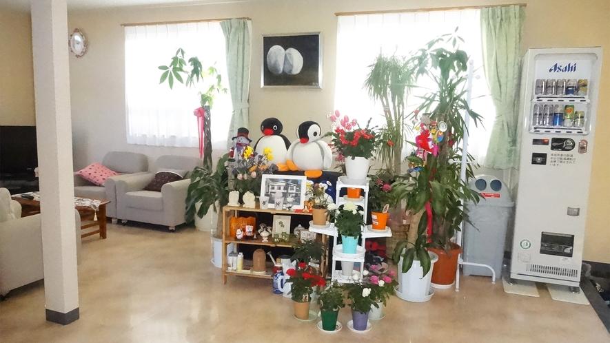 *フロント・ロビー/皆さまからいただいたお花などが置いてある華やかなロビーです。