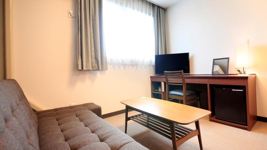 ★ブラウンを基調とした落ち着いた雰囲気のユニットバス付の洋室。3人目はソファーベッド利用になります