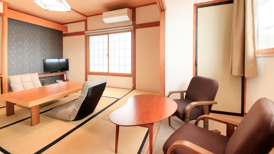 ★陽の光が差し込む明るい雰囲気の和室。洗い場付きバスと独立したトイレついています。
