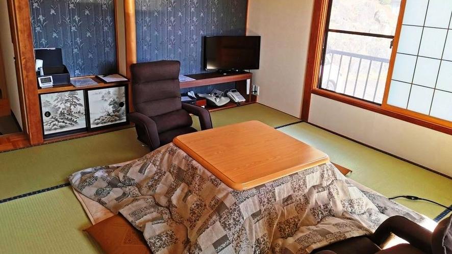 ★冬の和室にはコタツが入ります。座椅子もお得意様に好評です。ぜひ座ってみてください。