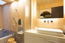 明るい檜貼りの浴室と洗面。