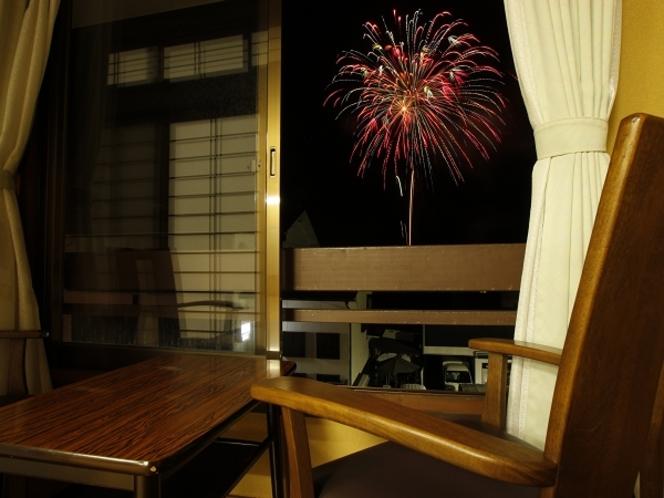 少し狭い6畳のお部屋から花火写真