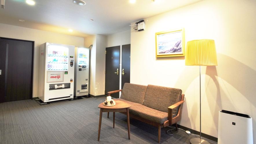 【館内】1階にはソフトドリンクの自動販売機、2階にはアルコール類の自動販売機がございます。