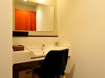 【共同浴室】女性に嬉しい、清潔な鏡台。お風呂上りにご利用くださいませ。