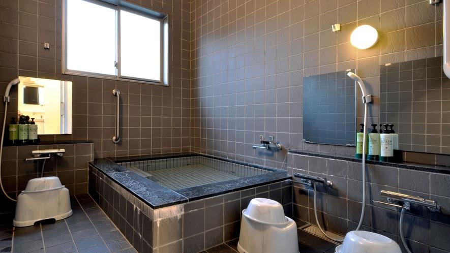 【共同浴室】ゆっくりと湯船に浸かり、旅の疲れを癒してください。