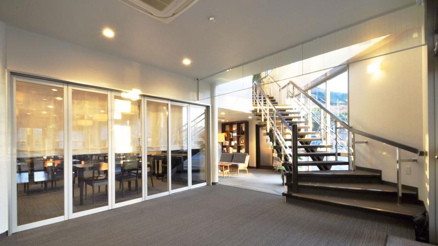 【ロビー】明るく開放的なエントランスホール。