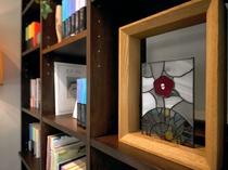 【椿の書棚】チェックイン・アウト時や、ちょっとした空き時間にどうぞ。