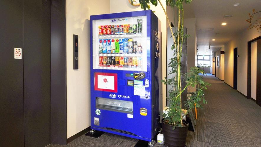 【自動販売機】フロント正面に自動販売機とエレベーターがございます。