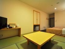 【和洋室】ベッド側と和室側に2台のエアコンを完備。快適にお過ごしいただけます。