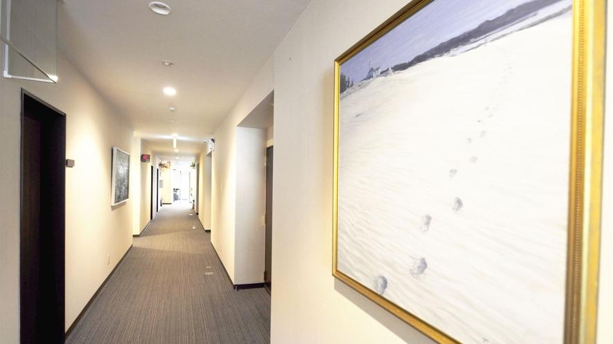 【館内】ロビーや通路には三陸海岸などをモチーフにした油絵を展示しています。