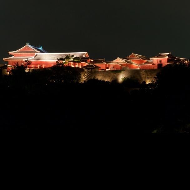 【首里城までモノレール&徒歩で35分】モノレールから遠くに夜の首里城が見えます