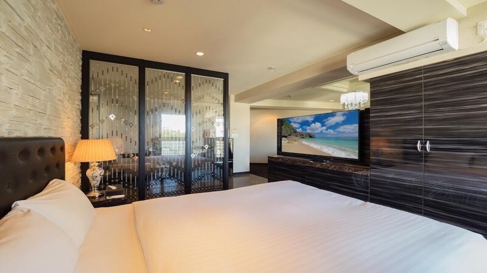 エグゼクティブクイーン【40m2】ソファーとベッドが仕切られているお部屋