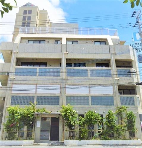 【外観】人気のパラダイス通り沿いにある隠れ家です。2階・3階がシークレットハウスとなっております。