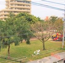 【バルコニーから見た公園】施設の目の前が公園なので、バルコニーからも一望できます