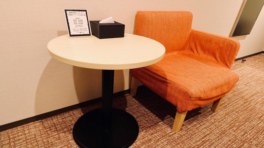 EXルームには丸テーブルとシングルソファをご用意しています