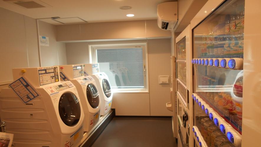 【ランドリーコーナー】コインランドリー・自動販売機・電子レンジ・製氷機がございます。