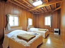 【寝室】ツインルーム、木の香りに包まれてお休み頂けます