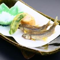 《夏》【揚げ物】千歳川遡上の稚あゆ天ぷら・杭見立て海老しんじょう・美味塩