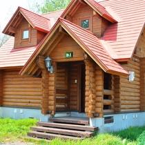 *2ベッドルームコテージ外観一例/赤い三角屋根がメルヘンチックな雰囲気を演出♪