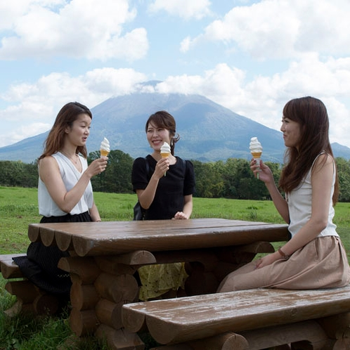 *壮大な自然に囲まれて、北海道アイスを食べながらのんびり女子トーク♪