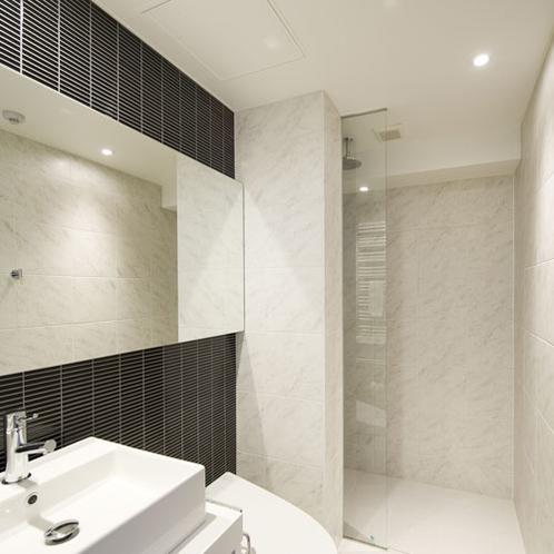 *2ベッドルームデラックス浴場一例/大きな鏡が特徴のバスルーム