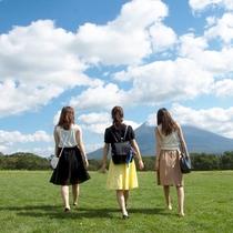 *青々しく広がる草原の先には北海道を代表する羊蹄山。自然を感じながら羽を伸ばしてみませんか。