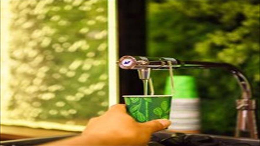 ロビーにてスーパーホテル自慢の健康イオン水