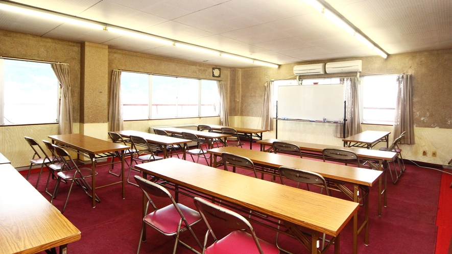 【会議室・音楽練習室】35名前後収容(事前予約必要)ホワイトボード・机・イス ピアノ(音楽)