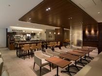 併設のカフェ&バースペース