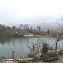 *【和室8畳】園内の池と周囲の山並みをご覧頂けます