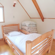 *【バンガロー】2階にはシングルベッド1台を設置