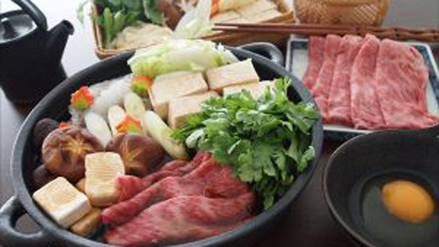 *すき焼き/お肉野菜などや地元の旬な素材がたっぷり詰まった一品です。
