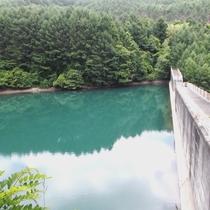 *周辺/深沢ダムの上からの様子。圧巻の光景です。