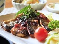 【メイン料理(秋の一例)】日替わりで季節の食材を使った自然派のお料理をご提供