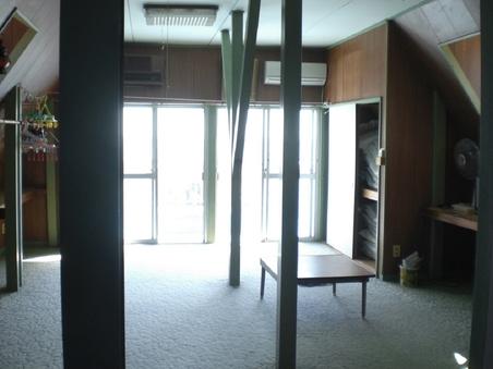 本館、二階の大部屋。(約14畳)バルコニー有り。