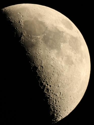 望遠鏡で望む月